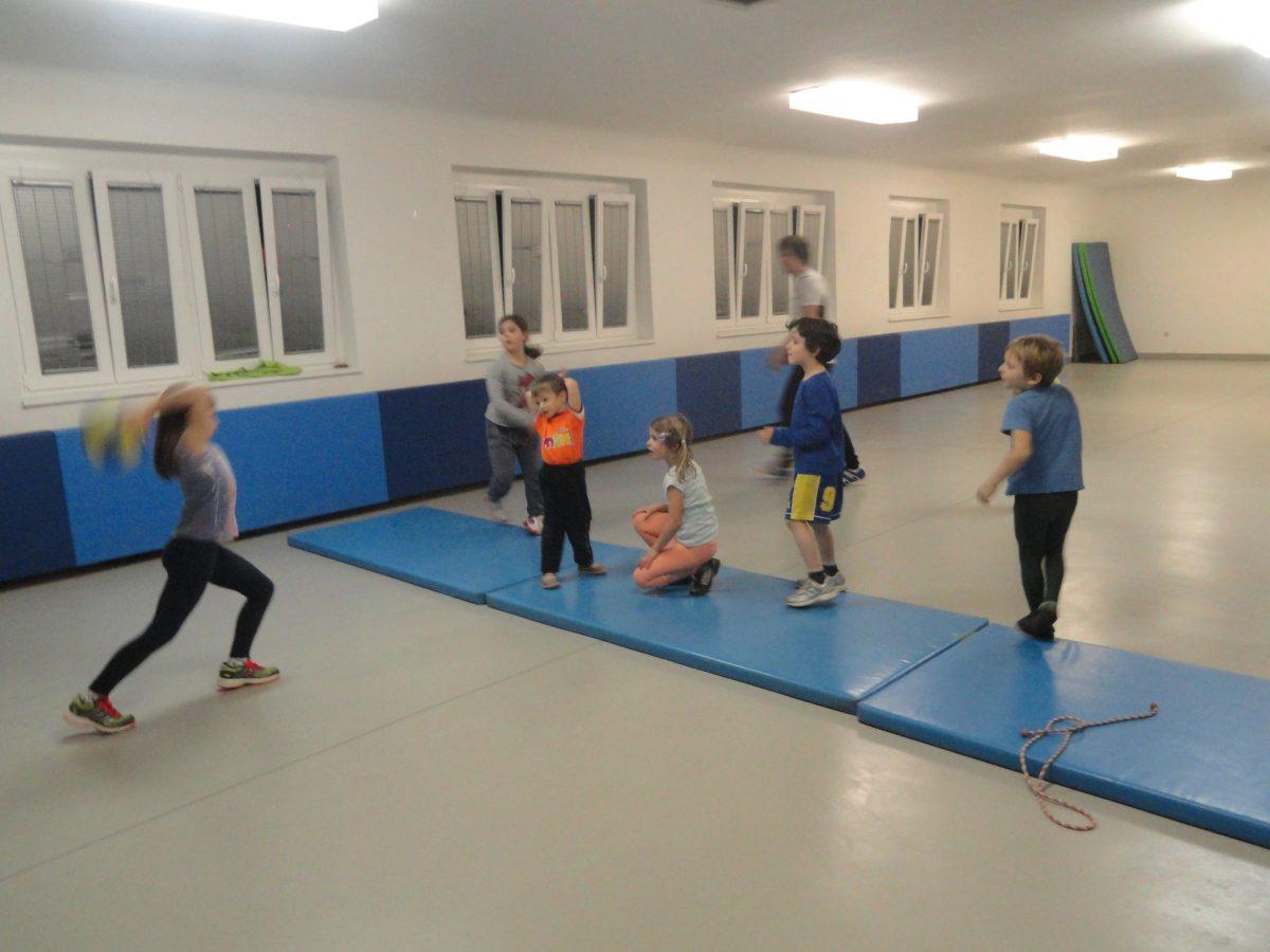 Igra najmlajših v telovadnici na Kosijevi 1