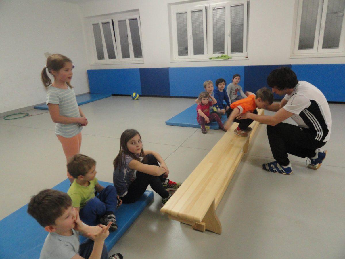Imitacija skokov kot del programa za najmlajše